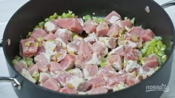 Свинина, тушенная с зеленым горошком - фото шаг 2
