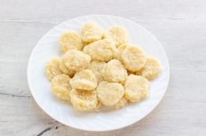 Сырные клецки с клубничным соусом - фото шаг 12