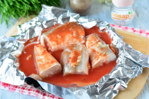 Рыба запеченная с чесноком в духовке - фото шаг 6