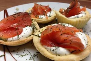 Салат в тарталетках с красной рыбой - фото шаг 7