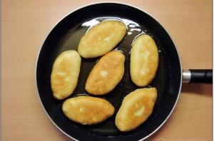 Пирожки с капустой на сковороде - фото шаг 8