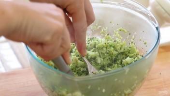 Запеканка из брокколи с салями - фото шаг 2