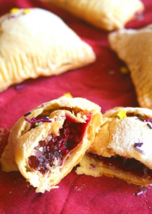 Пирожки с замороженными ягодами - фото шаг 5