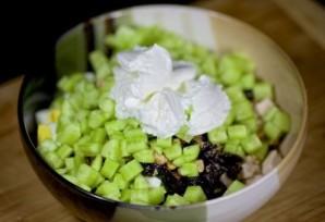 Салат с курицей, черносливом и огурцами - фото шаг 8