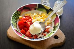 Салат с чипсами, крабовыми палочками и помидорами - фото шаг 5