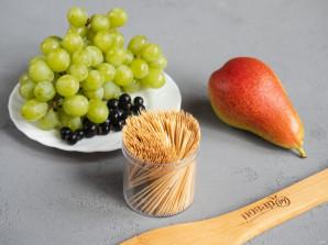 Ежик из винограда и груши - фото шаг 1