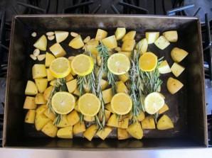 Куриные окорочка с картошкой и розмарином - фото шаг 3