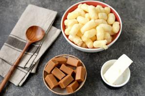 Колбаска из ирисок и кукурузных палочек