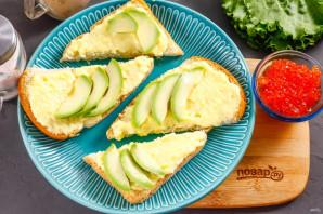 Бутерброды с авокадо и красной икрой - фото шаг 3