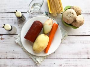 Суп с колбасой и грибами - фото шаг 1
