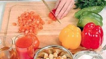 Томатно-огуречный суп с чесночными гренками - фото шаг 3