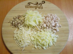 Слоеный салат с курицей и орехами - фото шаг 2