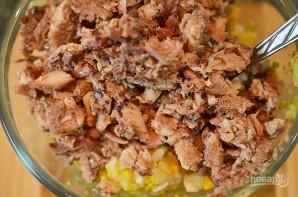 Салат из рыбы в половинках авокадо - фото шаг 4