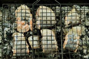Шашлык из рыбы на решетке - фото шаг 4