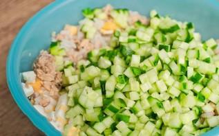 Салат с консервированной горбушей и кукурузой - фото шаг 2