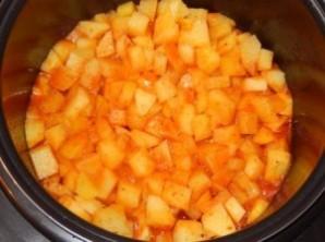 Гуляш с картошкой в мультиварке - фото шаг 5