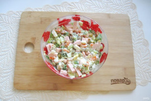 Салат с горошком, яйцами и колбасой - фото шаг 9