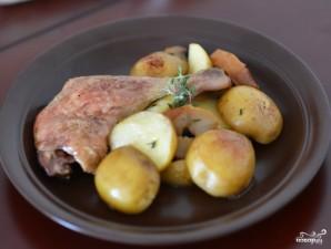 Утиные окорочка с яблоками в духовке - фото шаг 8