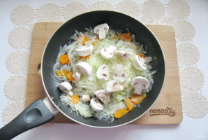 Капуста тушеная с курицей и грибами - фото шаг 5