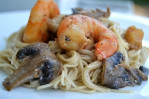 Спагетти с креветками и грибами - фото шаг 11