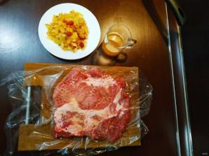 Жаркое из свинины, фаршированное яблоками и клюквой - фото шаг 4