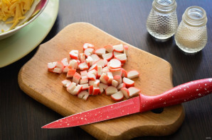 Салат с чипсами, крабовыми палочками и помидорами - фото шаг 3