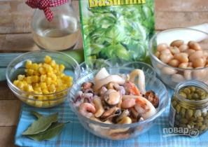 Салат из морепродуктов с фасолью, кукурузой и каперсами - фото шаг 1