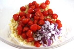 Кукурузный салат с авокадо и помидорами - фото шаг 5