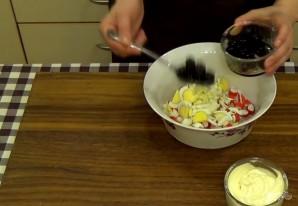 Салат из крабовых палочек с крутонами - фото шаг 2