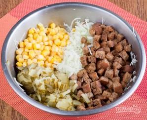 Салат с сухариками и солеными огурцами - фото шаг 3
