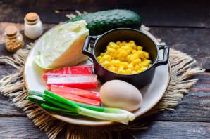 Салат с крабовыми палочками, кукурузой, огурцом и капустой - фото шаг 1