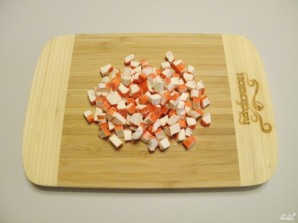Салат новогодний с крабовыми палочками - фото шаг 2