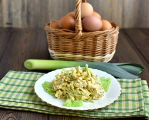 Салат с луком-пореем и яйцом - фото шаг 5