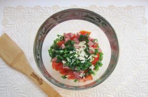 Салат с помидорами, огурцами и сухариками - фото шаг 6