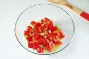 Греческий салат с цуккини и помидорами - фото шаг 3