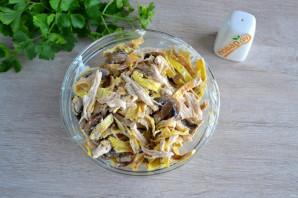 Салат с яичными блинчиками и шампиньонами