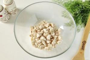 Салат с куриной грудкой и маринованным луком - фото шаг 3
