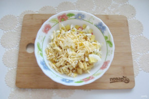 Салат с крабовыми палочками и кириешками - фото шаг 7
