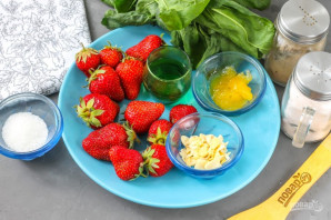 Клубничный салат с миндалем - фото шаг 1