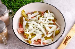 Салат с маринованным луком и ветчиной