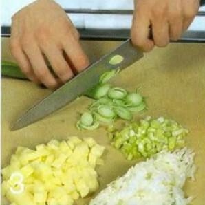 Холодный суп из лосося с луком-пореем - фото шаг 3
