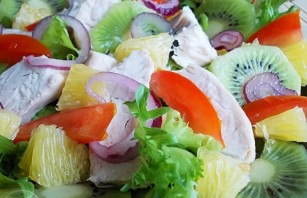 Салат с курицей и киви - фото шаг 5