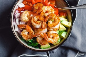Салат с креветками, авокадо и помидорами - фото шаг 3