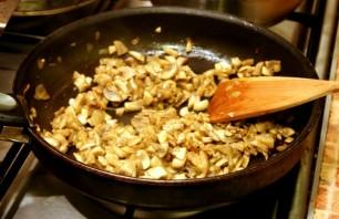 Пельмени с грибами в горшочках - фото шаг 5