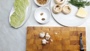 Грибы, фаршированные орехами и сыром - фото шаг 1