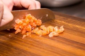 Салат с красной рыбой, яйцами и помидорами - фото шаг 1