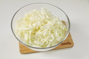 Салат с капустой, колбасой и кукурузой - фото шаг 2