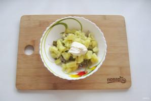 Салат с кальмарами и маринованными грибами - фото шаг 8