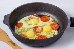 Яичница с помидорами и луком - фото шаг 3