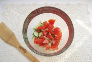 Салат с помидорами, огурцами и сухариками - фото шаг 3